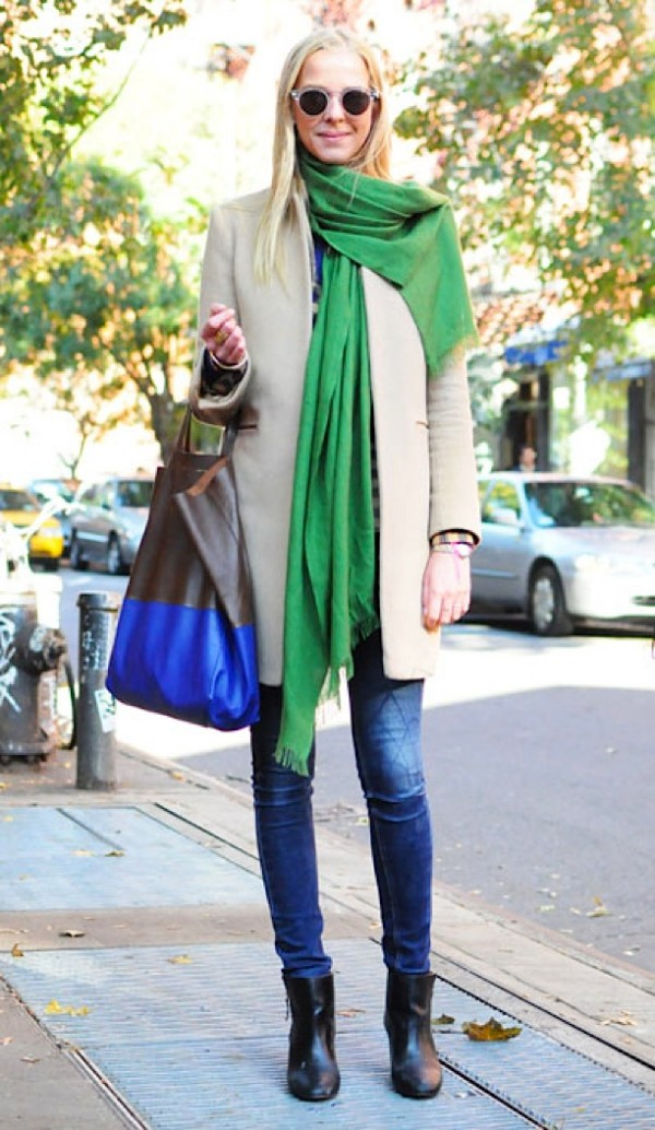 ELLE-STREET-CHIC-STREET-STYLE-BRIGHT-GREEN-SCARF-COLOR-BLACK-TOTE-ROUND-SUNGLASSES-2