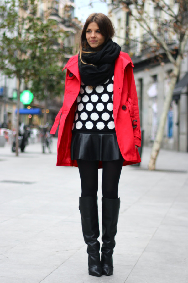 street_style-look-outfit-leather_skirt-high_boots-polka_dot-sweater-black_and_white-trench-red-lunares-falda_cuero-botas-gabardina-trendy_ta_zps2a386e22