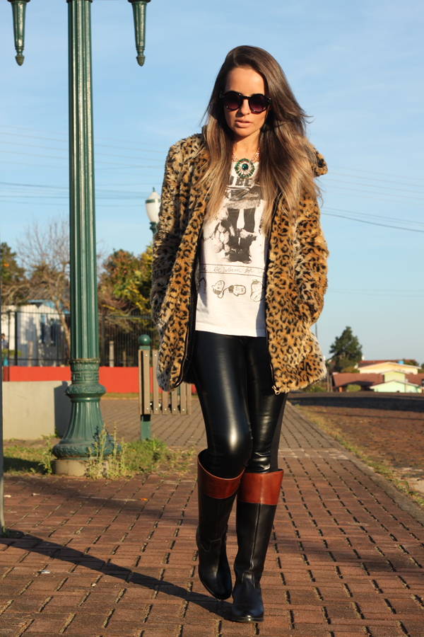 casaco pele fake animal print com touca