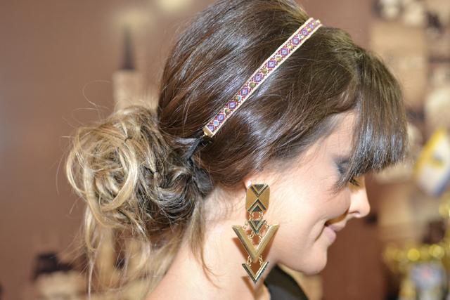 coque despretencioso com tiara etnica de spikes